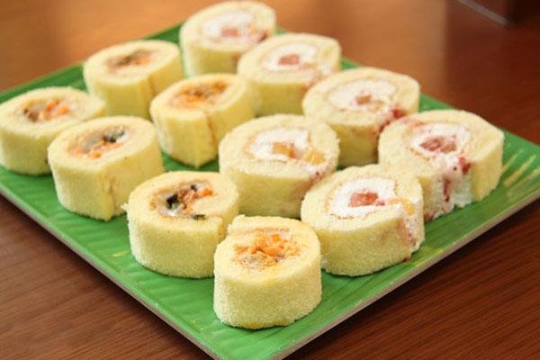 Cách làm bánh bông lan cuộn cam hương vani hấp dẫn