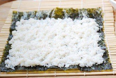 Cách làm kimbap cá ngừ đậm đà hương vị đặc trưng 6