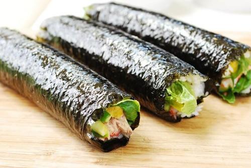 Cách làm kimbap cá ngừ đậm đà hương vị đặc trưng 9
