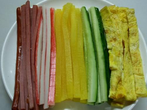 Mách bạn cách làm cơm cuộn Kimbap dễ như chơi 5