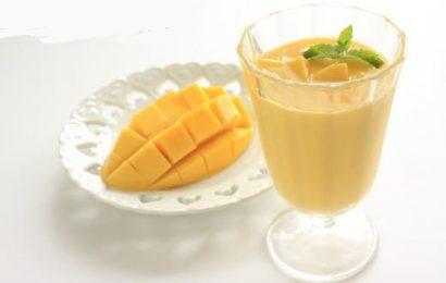 Cách làm sinh tố xoài sữa chua cho bé bổ dưỡng thơm ngon