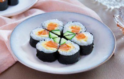 Cách làm sushi cá hồi cho bữa ăn thêm hấp dẫn và sang trọng