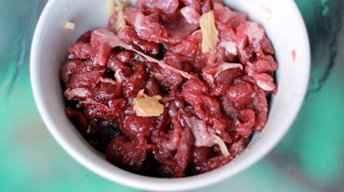 Canh hoa thiên lý nấu với thịt bò