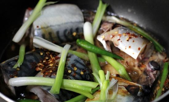 Cách kho cá nục tươi với dứa đậm đà, đưa cơm trong những ngày mưa 2