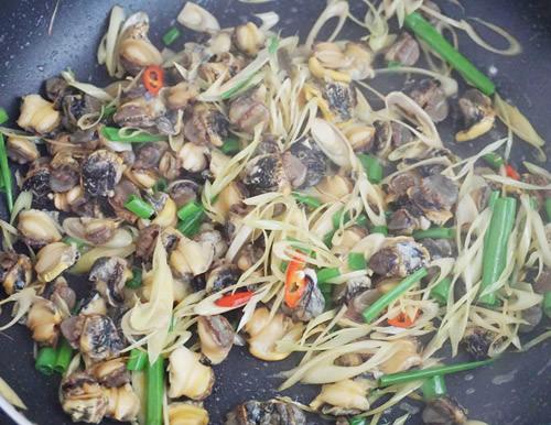 Hấp dẫn và dậy hương với cách làm món ốc bươu xào sả ớt đơn giản 7