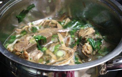 Cách nấu canh măng khô với sườn mang hương vị đậm đà