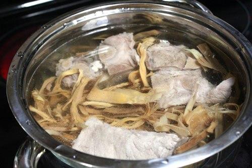 cách nấu canh măng khô với sườn 5
