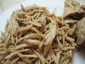 cách nấu măng khô kho thịt ngon 1