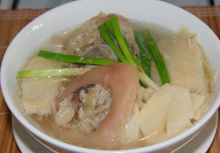 Món ăn thường ngày với chân giò nấu măng chua ngon hết chê
