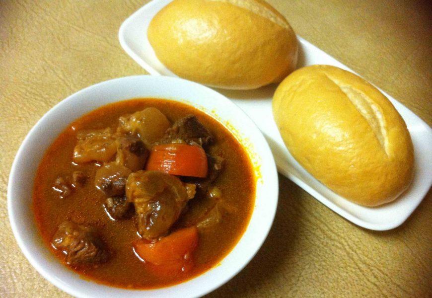Đã có cách nấu bò sốt vang ăn với bánh mì cực đơn giản