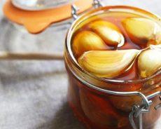 Cách ngâm rượu tỏi mật ong được coi là thần dược dễ làm tại nhà