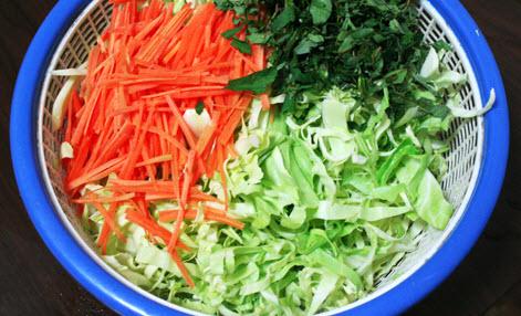 cách muối bắp cải với rau răm 2