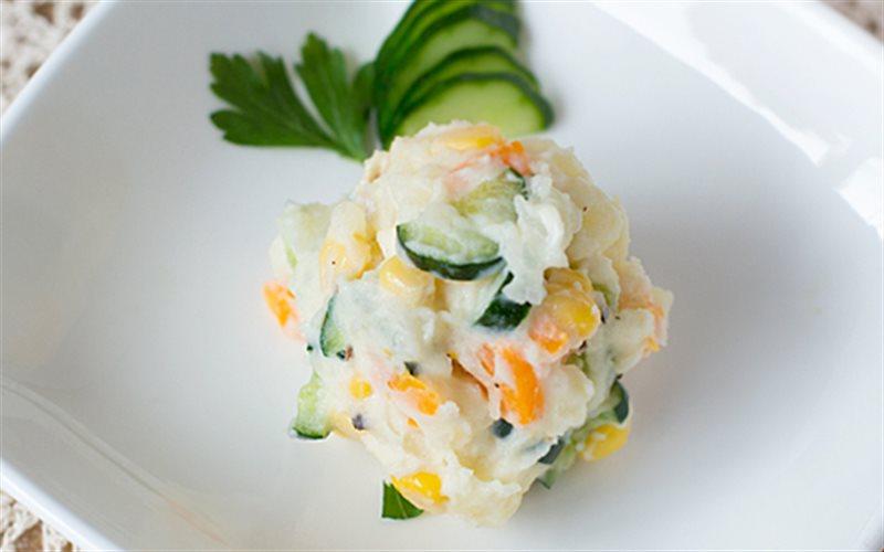 Chia sẻ cách làm salad khoai tây nghiền kiểu xứ hoa anh đào