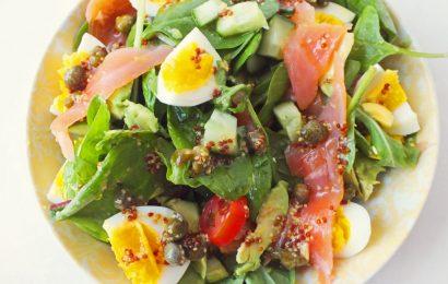 Bật mí cách làm salad trứng cá hồi ăn mãi không chán