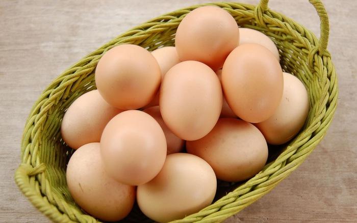 trứng gà ngâm rượu làm đẹp da 1